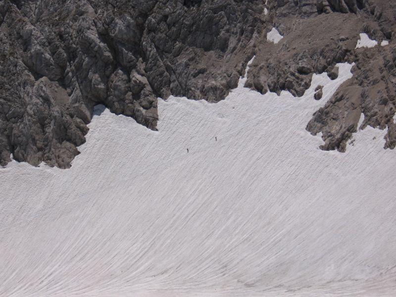 Im Abstieg ist noch ein großes Schneefeld zu queren