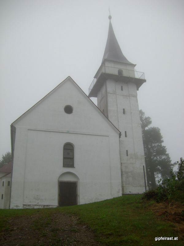 Die Kirche St. Pongratzen im Nebel