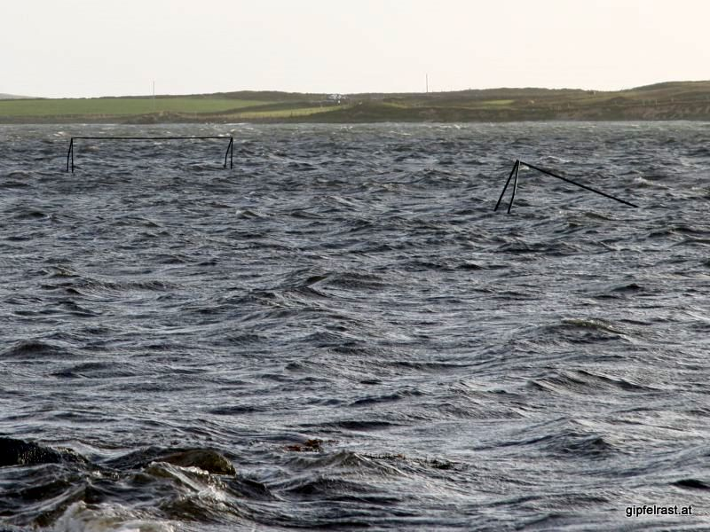 Selbst einen Fußballplatz gibt es im Meer