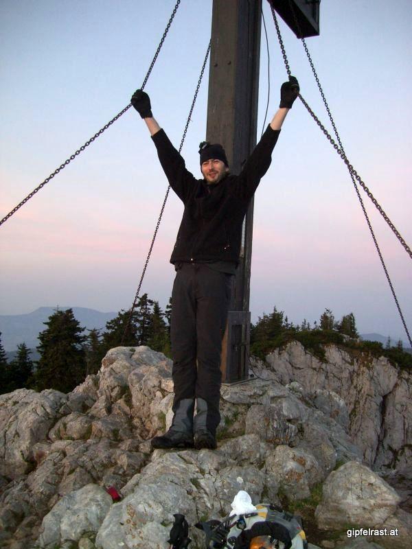 Gipfelkreuz im Morgengrauen