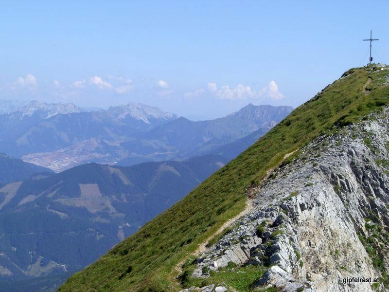 Gipfelgrat, im Hintergrund Hochschwab, Erzberg und Eisenerzer Reichenstein