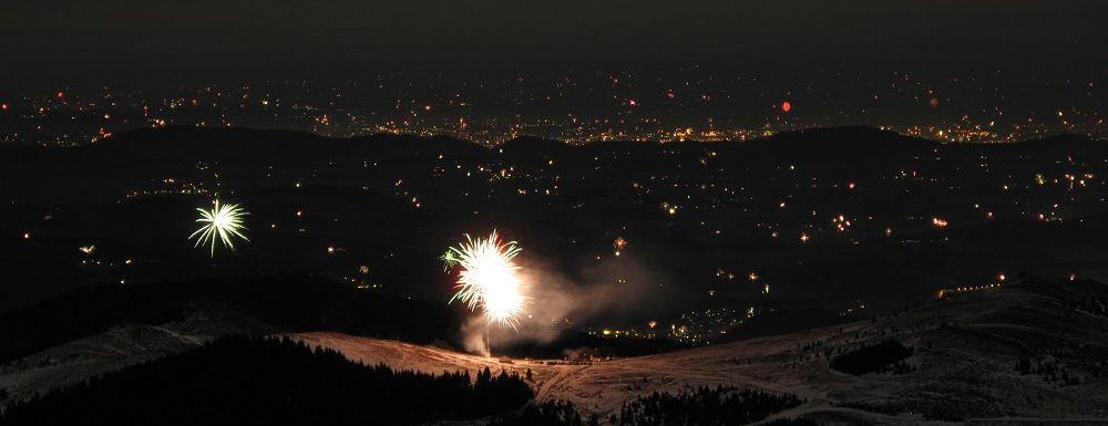 Das Feuerwerk beim Alten Almhaus, dahinter das Grazer Becken