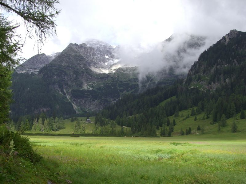 Harmloses Zwischenspiel: Die Wurzeralm. Im Hintergrund das Warscheneck in Wolken