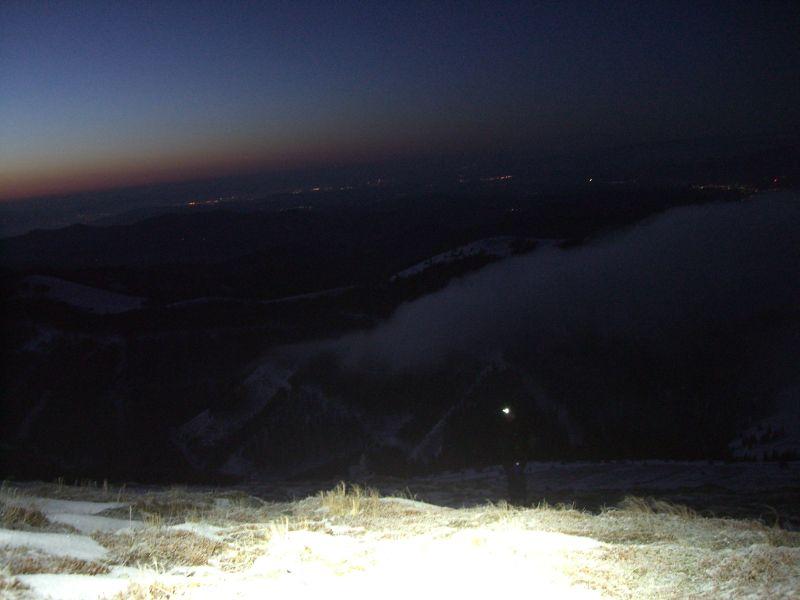 Blick auf das nächtliche Graz, das helle Pixel ist Orotls Stirnlampe