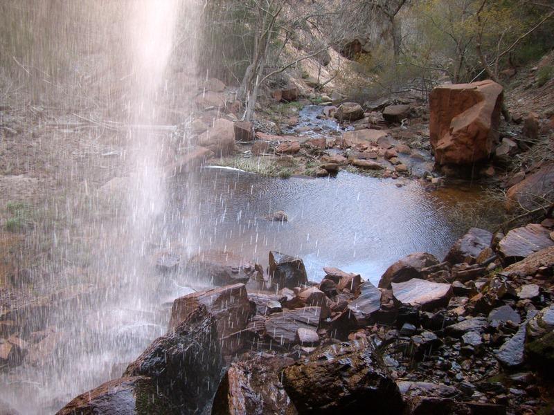 Lower Emerald Pool, gesehen vom Wanderweg hinter dem Wasserfall