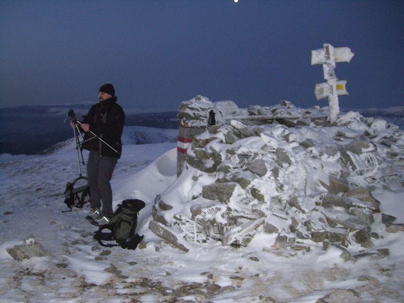 Am Gipfel hantiert Orotl mit einem seltsamen Metallgestell