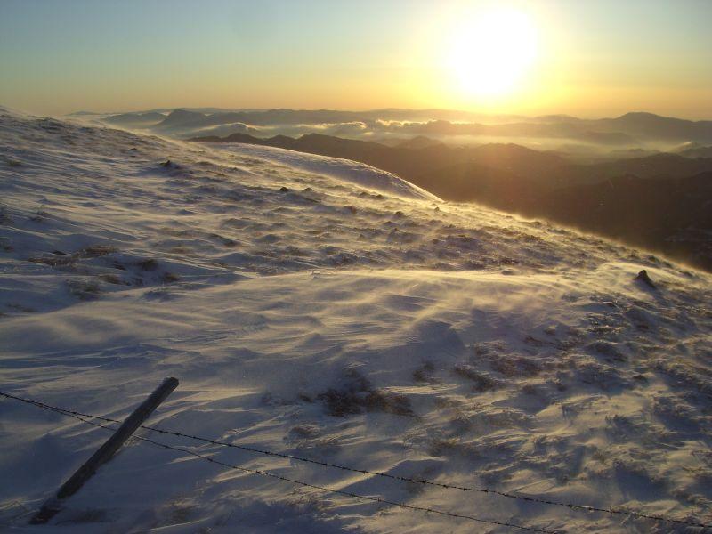 Der Wind treibt den Schnee vor sich her