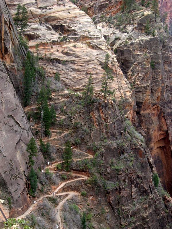 Weg am (oder im?) Fels gegenüber