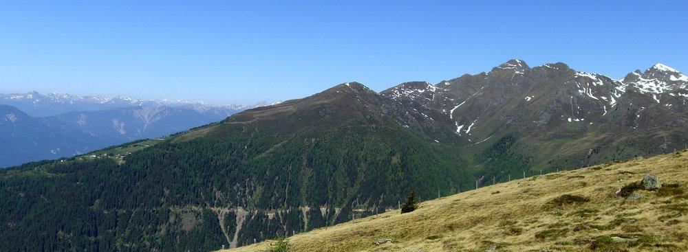 Tourenübersicht: Startpunkt war die Emberger Alm (links), der Hochtristen ist der höchste Gipfel im Bild
