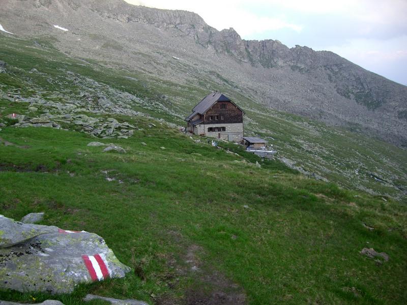 Die Hütte erreichen wir nach Sonnenuntergang
