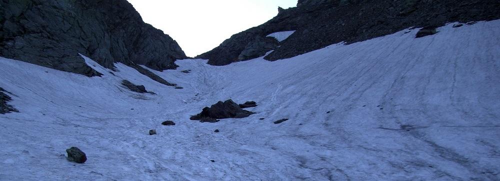Auf den letzten 100 Höhenmetern vor der Scharte ist noch ein Altschneefeld zu überwinden