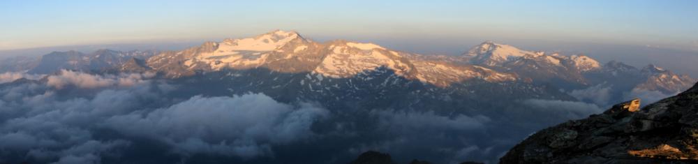"""Die vergletscherten Gipfel von Hochalmspitze (""""Tauernkönigin"""") und Ankogel (rechts)"""