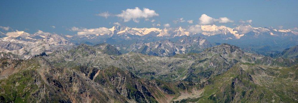 In der Entfernung die Gipfel von Ankogel- und Glocknergruppe, leider etwas mit Hut