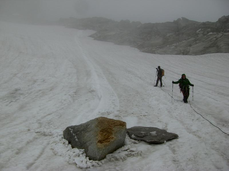 Während unseres Gipfelsturms querte dieser Fels unsere Spur