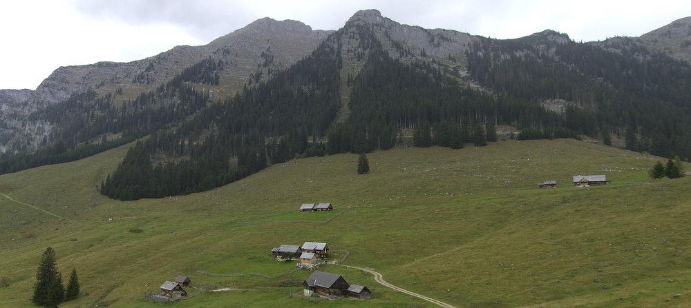 Die Hinteregger Alm, darüber der Nazogl (linker Gipfel)