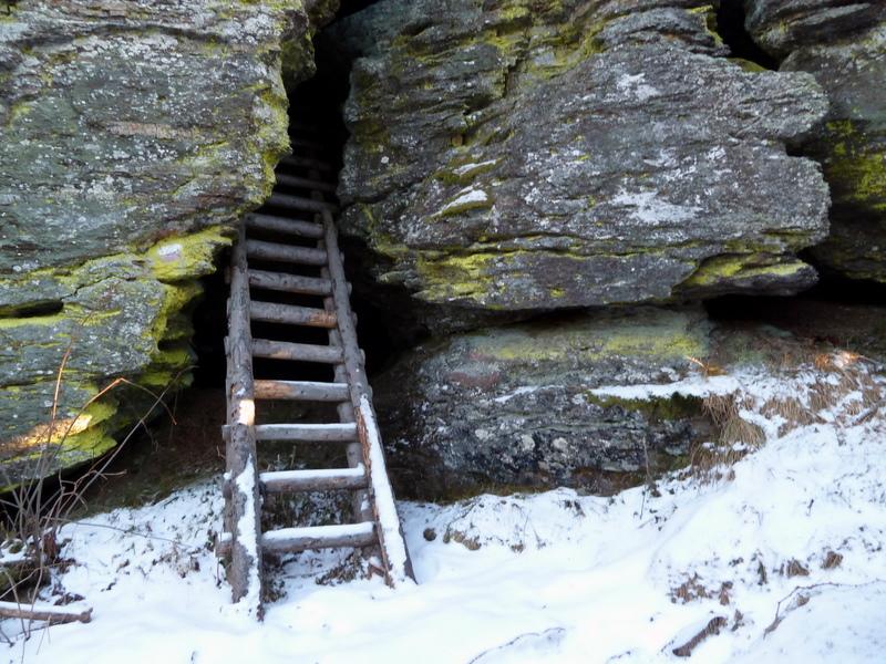 Eine Leiter führt in den Felsen
