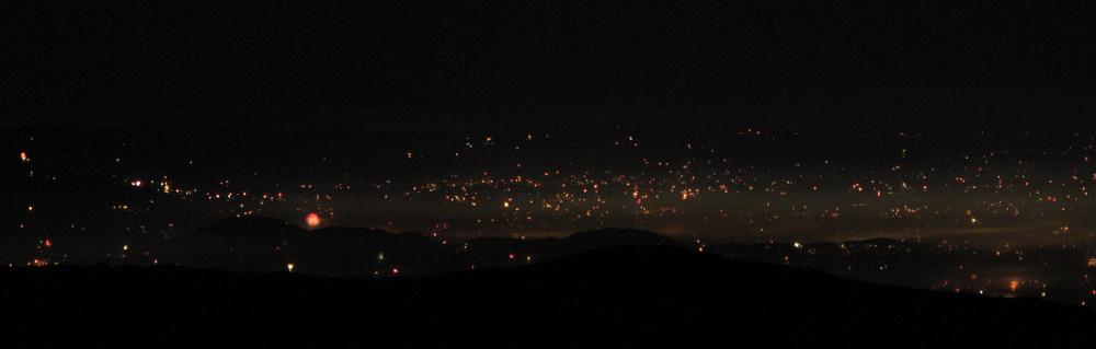 Blick aufs Grazer Becken. Über dem Rücken Plabutsch-Buchkogel das offizielle Grazer Feuerwerk.