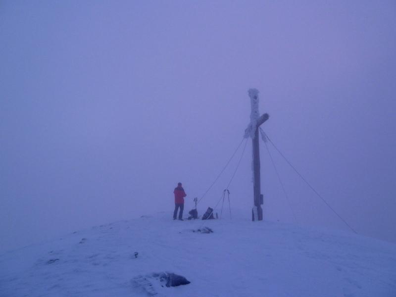 Am Gipfel stehen wir jedoch im Nebel