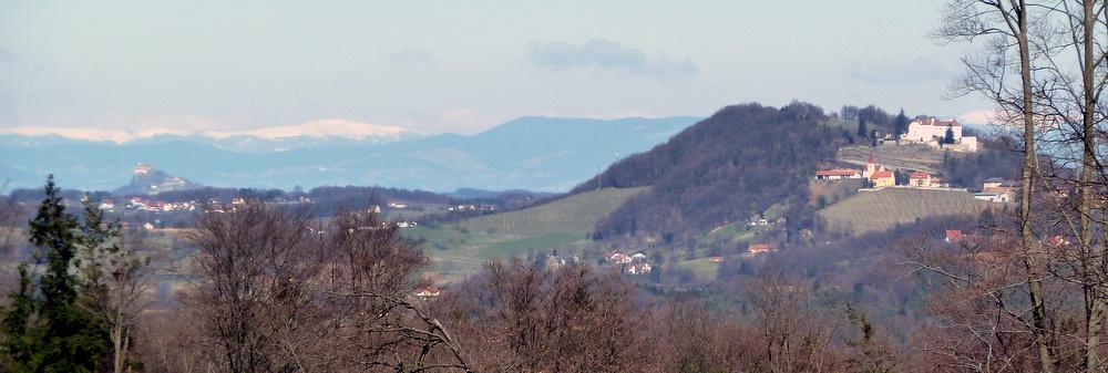 Riegersburg, Kapfenstein und in ca. 83 km Entfernung das Stuhleck in den Fischbacher Alpen