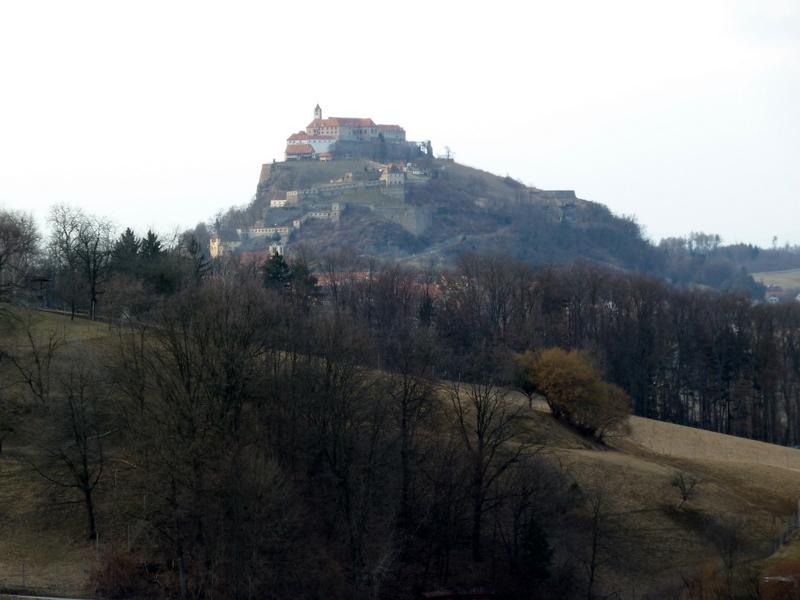 ...mit Blick auf die Riegersburg