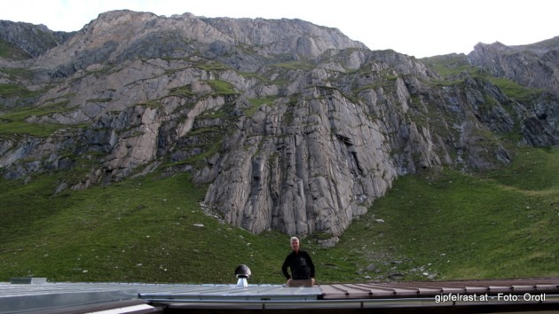 Ein guter Tag beginnt mit einer Klettertour - und sei es nur aus der Dachluke des Notlagers...