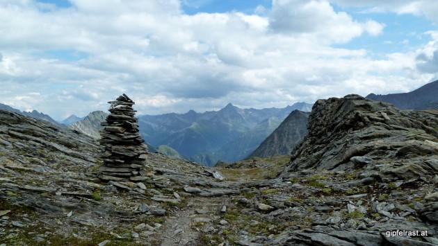 Ein Steinmann zeigt uns den Abstieg
