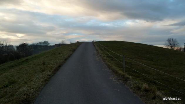 Straße in den (Wander?)Himmel. Bald danach hat der Asphalt ein Ende...