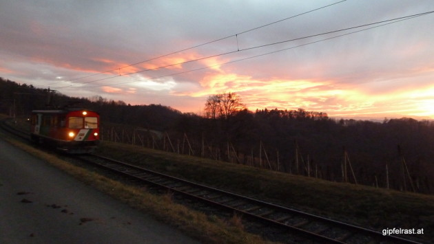 Triebwagen im Sonnenuntergang
