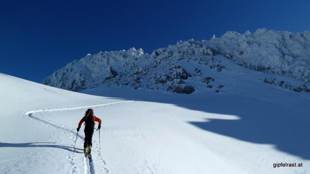 Das Gipfelkreuz ist schon zu sehen, die Ski müssen aber herunten bleiben