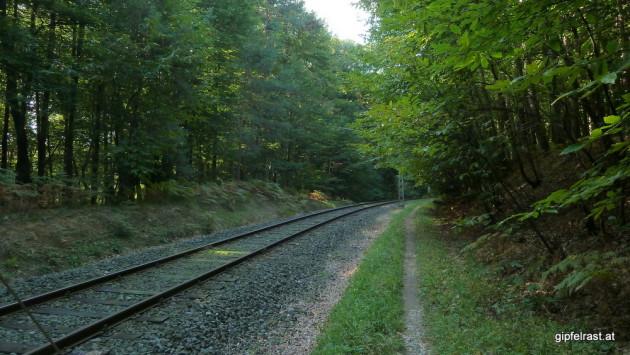 Wanderweg entlang der Bahn
