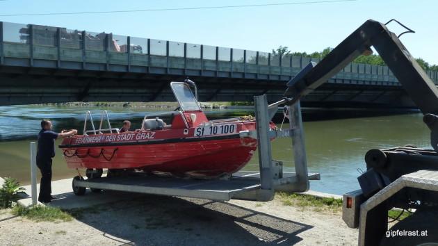 Die Kollegen von der Feuerwehr haben ein größeres und schnelleres Boot