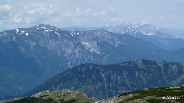 Blick zu Hoher Veitsch (links) und Hochschwab (rechts hinten)