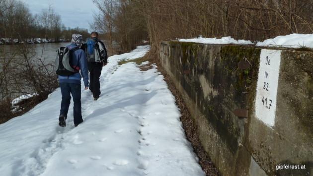 Murpromenade mit Schnee und Grenzstein