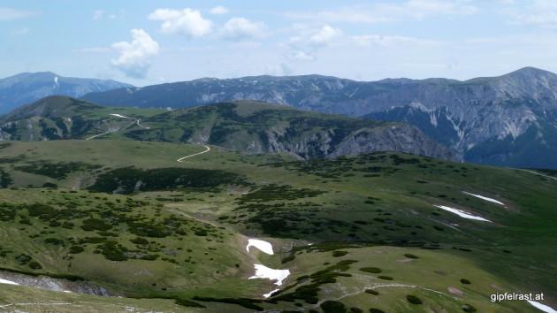 Blick über das Plateau Richtung Osten, im Hintergrund Schneeberg und Rax