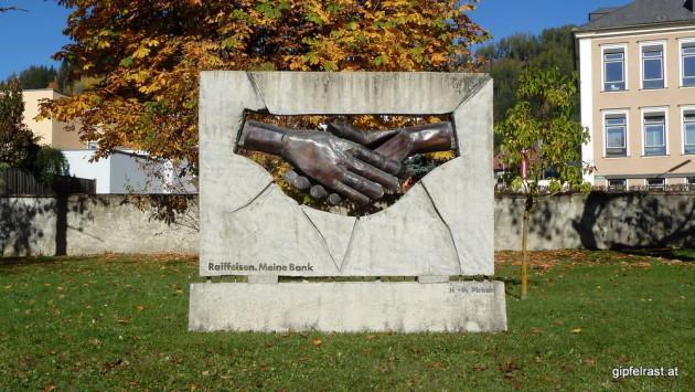 Aus der Ferne erspähe ich ein sozialistisches Denkmal im tiefroten Fohnsdorf. Freundschaft! Aus der Nähe die Überraschung: pechschwarze Werbung...