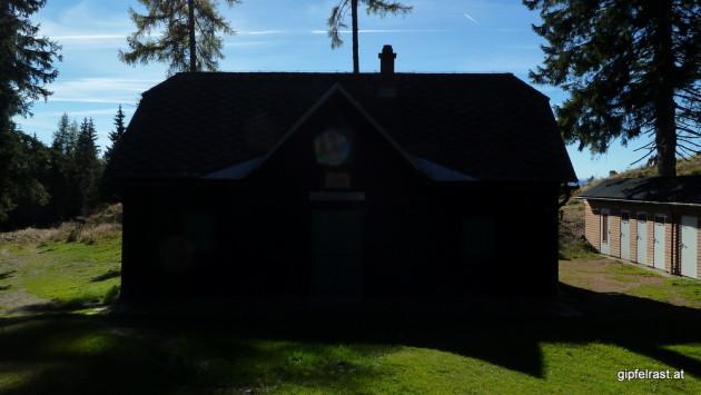 Die Fohnsdorfer Hütte im Gegenlicht