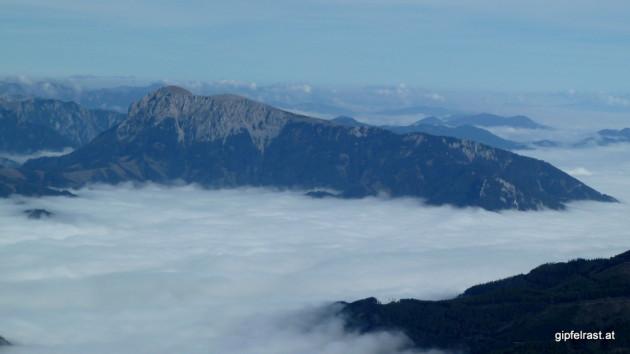 Der Reiting erhebt sich aus dem Nebel