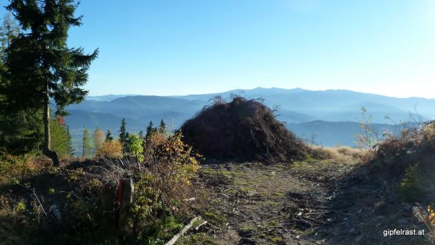 Sonnwendfeuer in spe? Dahinter die Seetaler Alpen mit dem Zirbitzkogel und seinen Nebengipfeln