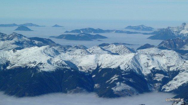 Gipfel ragen aus dem Nebelmeer