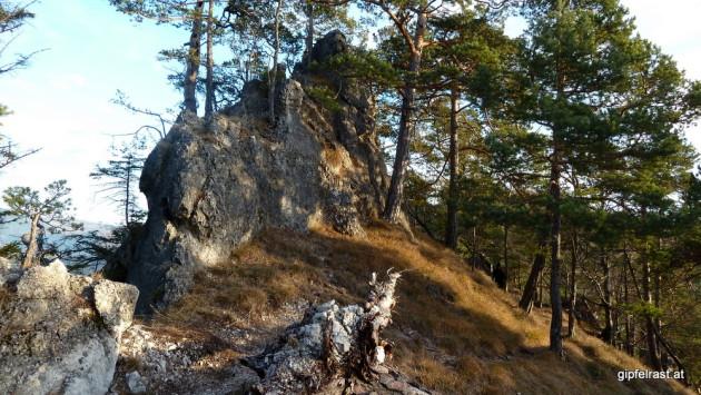 Der Weg ist gesäumt von kleinen und großen Felsen