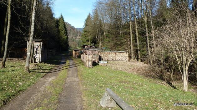 Feldweg nach einem durchquerten Gehöft in Waldstein