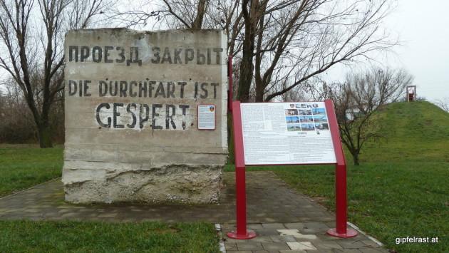 Russische Straßensperre mit Rechtschreibfehlern