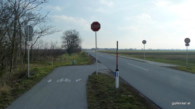 Der Radweg wechselt die Straßenseite um der Staatsgrenze auszuweichen