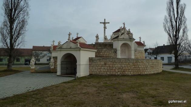 Der Kalvarienberg neben der riesigen Kirche von Frauenkirchen