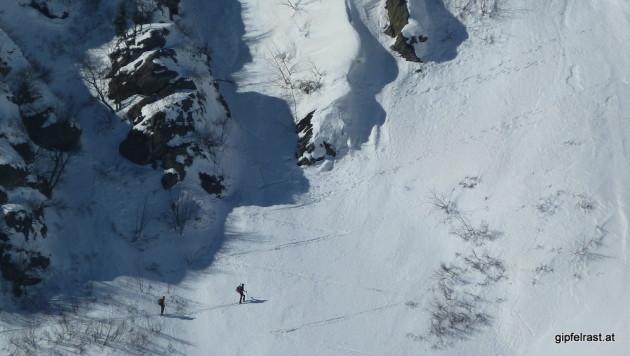 Zwei Skitourengeher in der steilen Flanke der Hühnerstütze