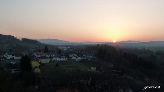 Sonnenuntergang in Weitra, der Hügel links im Hintergrund ist der Nebelstein