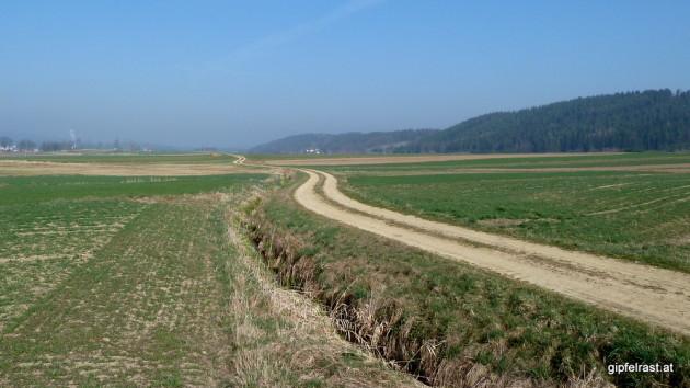 Feldweg durchs weite Land