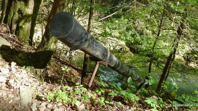 Mit Schloss gesichertes Rohr in den Fluss - was wird hier entsorgt?