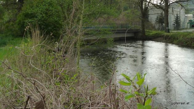 Die zu niedere Brücke, eine lange Umtragestelle und der einsetzende Regen stoppen unsere Tour