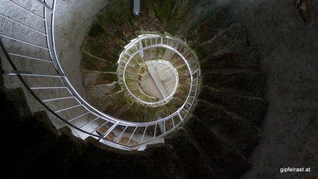 Eine steile Wendeltreppe führt auf die Aussichtsplattform